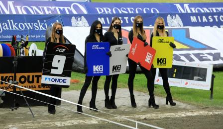 Hostessy stoją przy linii startowej.