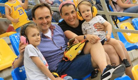Kibice na Motoarenie - rodzina z dziećmi.