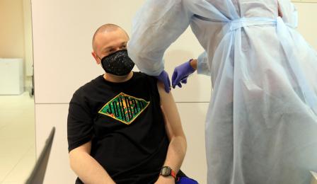 Pacjent przyjmuje szczepionkę.