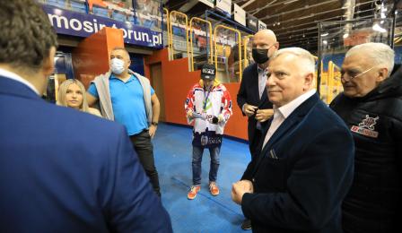 Prezydenci Zbigniew Fiderewicz i Michał Zaleski rozmawiają z członkami klubu