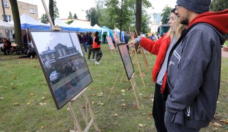 Na zdjęciu: para ogląda wystawę zdjęć Chełmińskiego Przedmieścia