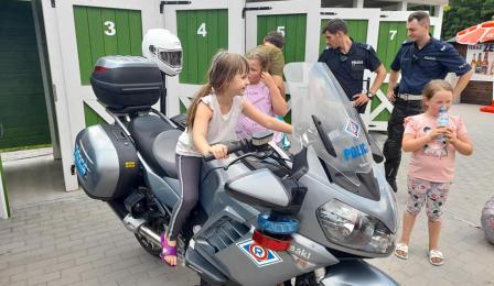 dzieci na policyjnym motocyklu