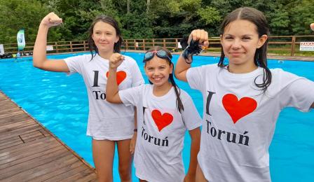 """trzy dziewczynki w koszulkach z napisem """"I love Toruń"""""""