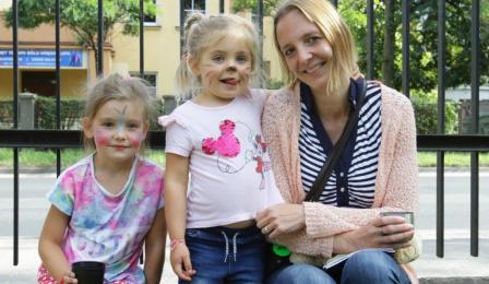 Na zdjęciu: dzieci z pomalowanymi twarzami i animatorka zabawa