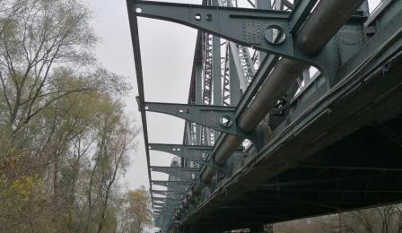 Fragment mostu, widać też przęsło, pod nim piasek