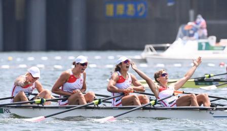 Polska czwórka podwójna na mecie biegu finałowego na Igrzyskach Olimpijskich w Tokio - pierwsza zawodniczka kładzie w łódce i podnosi ręce