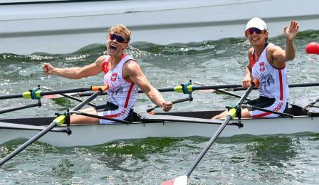 Dwie zawodniczki czwórki podwójnej w łódce po ukończonym biegu podczas Igrzysk Olimpijskich w Tokio