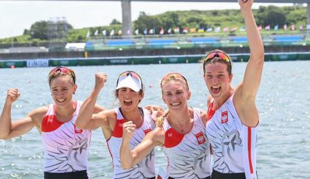Zawodniczki czwórki podwójnej machają po zdobyciu srebrnego medalu podczas Igrzysk Olimpijskich w Tokio