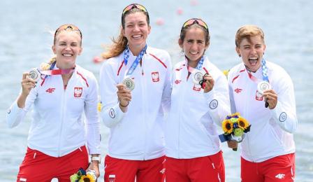 Zawodniczki czwórki podwójnej z uśmiechami prezentują srebrne medale zdobyte podczas Igrzysk Olimpijskich w Tokio