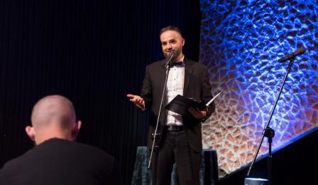 Dyrektor TOS Przemysław Kempiński przemawia do publiczności.
