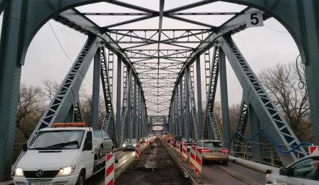 Sfrezowana nawierzchnia jezdni na moście Piłsudskiego i jadące samochody