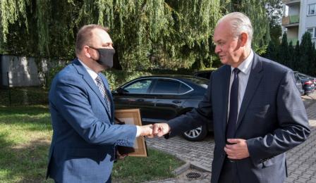 Na zdjęciu zastępca prezydenta Paweł Gulewski wita się z Andrzejem Chodkowskim
