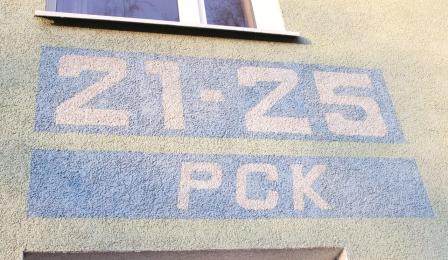Fragment ściany bloku z numerem domu i nazwą ulicy - 21-25 PCK