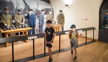 Dzieci zwiedzają ekspozycję w Muzeum Twierdzy Toruń.