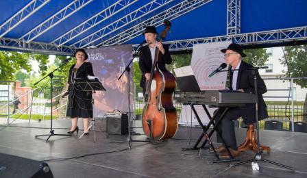 Koncert zespołu muzycznego Teatru Baj Pomorski.