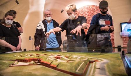 Zwiedzający ekspozycję w Muzeum Twierdzy Toruń.