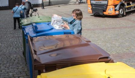 Na zdjęciu: pojemniki do selektywnej zbiórki odpadów