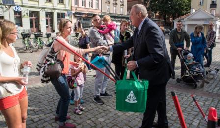 Na zdjęciu: Piotr Rozwadowski rozdaje nagrody