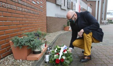 Na zdjęciu: Zbigniew Rasielewski składający kwiaty