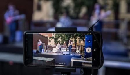 Na zdjęciu: kard z nagrania koncertu w telefonie komórkowym