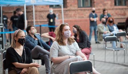Na zdjęciu: publiczność siedząca i przysłuchująca się koncertowi
