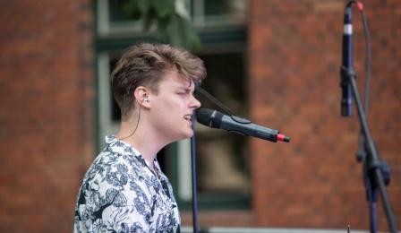 Na zdjęciu: wokalista zespołu przed mikrofonem