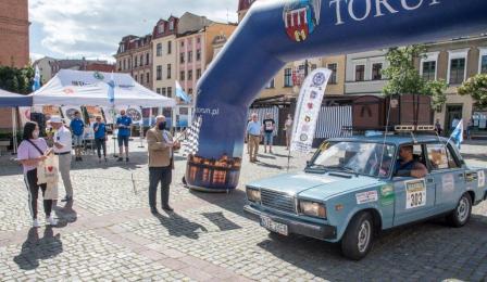 Na zdjęciu: auta wjeżdżają na Rynek Nowomiejski