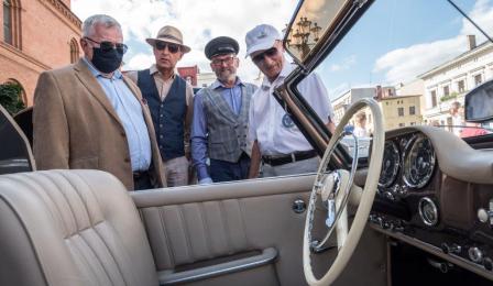 Na zdjęciu: Zbigniew Fiderewicz podziwia zabytkowe auto