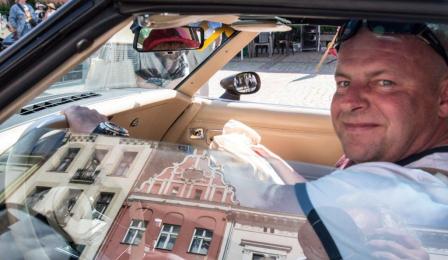 Na zdjęciu: mężczyzna za kierownicą