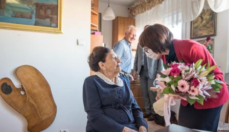 Na zdjęciu: Jadwiga Krzywdzińska, po dyrektora Urzędu Stanu Cywilnego wręcza kwiaty stulatce Jadwidze Marii Strawińskiej