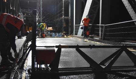 Na zdjęciu: nocne prace na moście