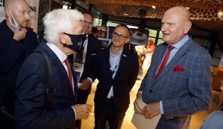 Prezydent Michał Zaleski wita prof. Jerzego Buzka w hallu CKK Jordanki