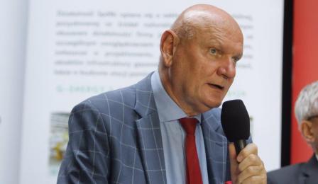 Głos zabiera prezydent Michał Zaleski, w dłoni trzyma mikrofon