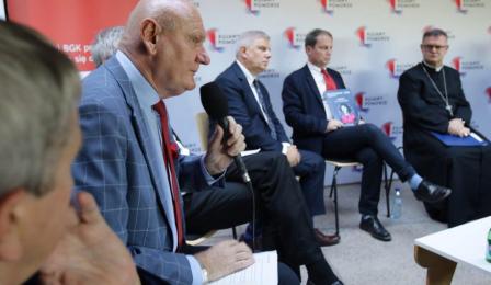 Na zdjęciu widać przemawiającego prezydenta Michała Zaleskiego, w tle pozostali uczestnicy dyskusji