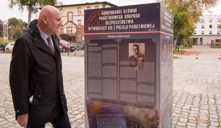 Na zdjęciu: prezydent Michał Zaleski ogląda planszę wystawy poświęconej policji