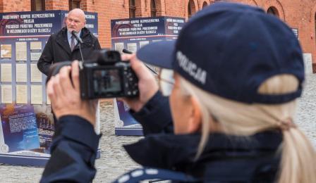 Na zdjęciu: policjantka robi zdjęcie przemawiającemu prezydentowi Michałowi Zaleskiemu