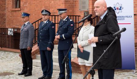 Na zdjęciu: przemawia prezydent Michał Zaleski, dalej stoją przedstawiciele policji