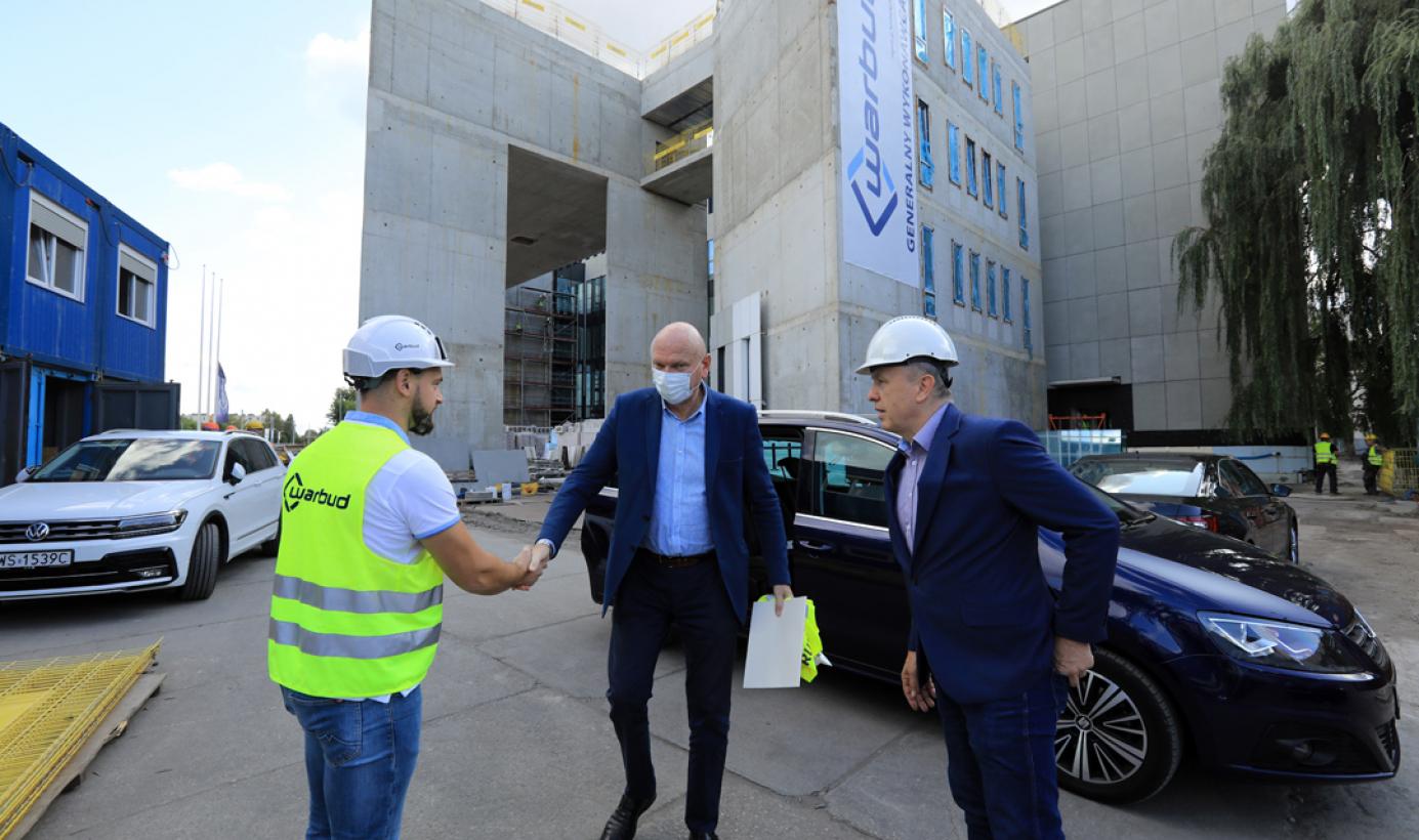 Przy gmachu budowanego Sądu Rejonowego stoi prezydent Michał Zaleski z przedstawicielami wykonawcy