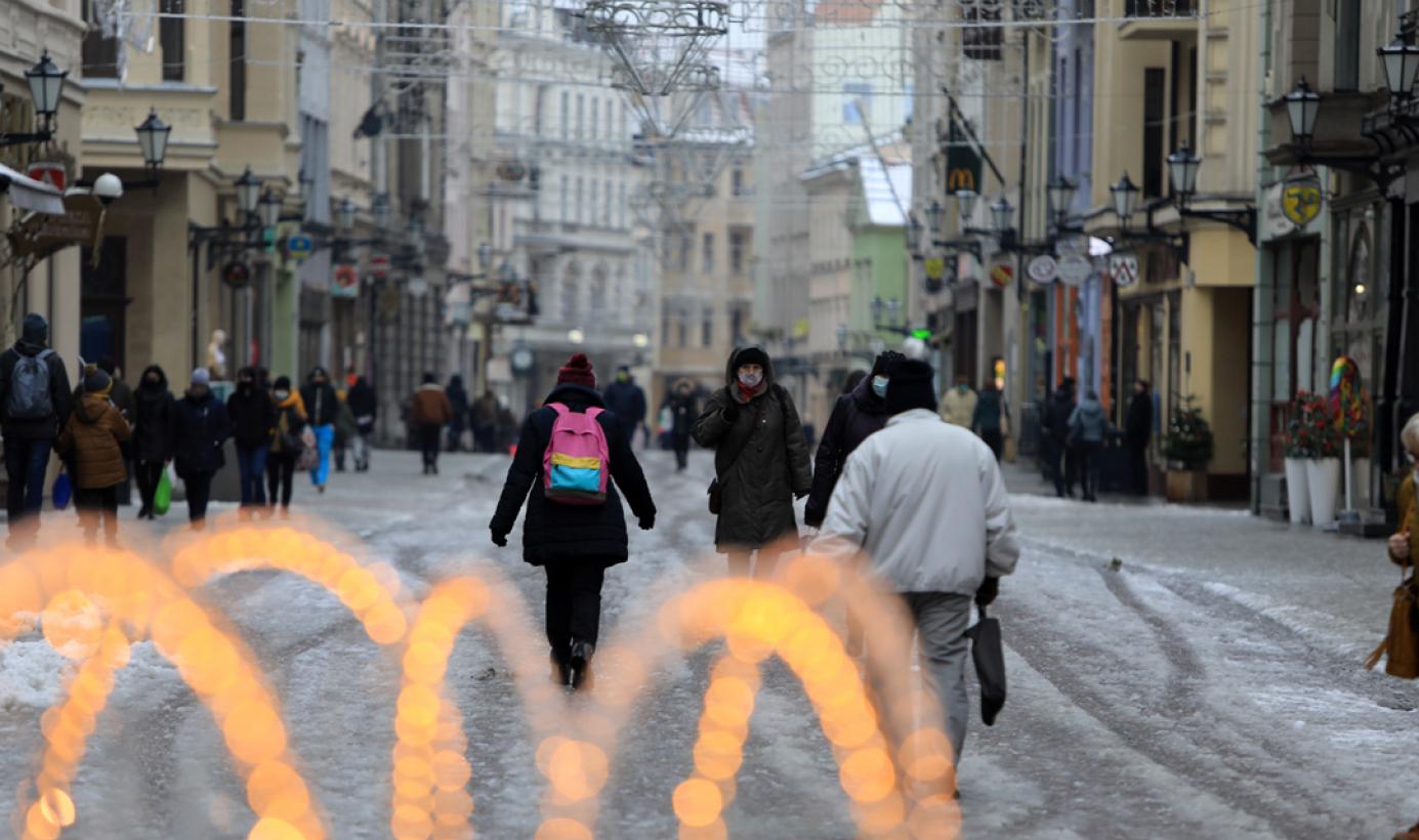 Ludzie na ośnieżonej ulicy Szerokiej, fot. Sławomir Kowalski